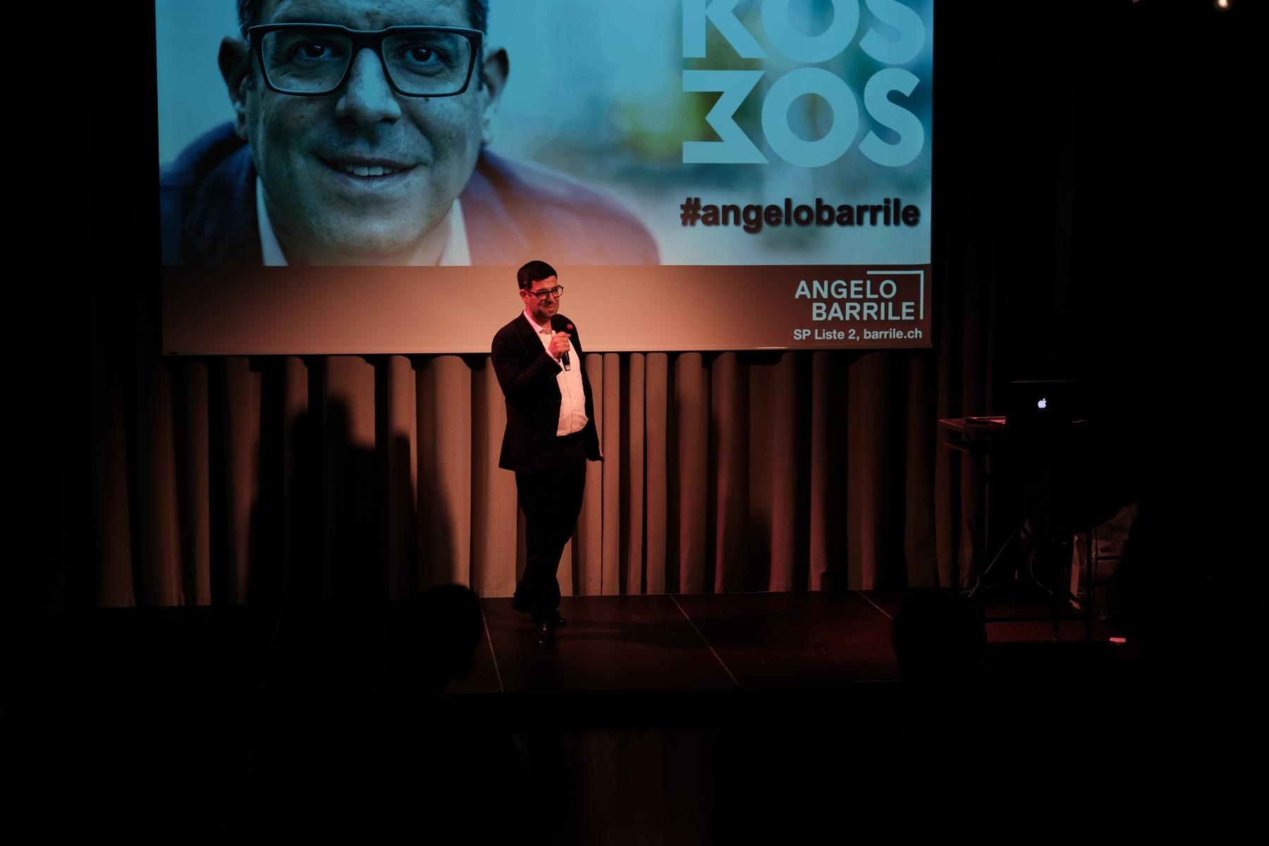 Angelo begrüsst die 130 Gäste im Kosmos Zürich